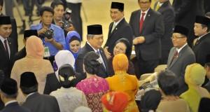 Presiden Susilo Bambang Yudhoyono (tengah) disambut anggota parlemen saat menghadiri pelantikan MPR-DPR-DPD periode 2014-2019 di Gedung Nusantara, Parlemen Senayan, Jakarta, Rabu (1/10).