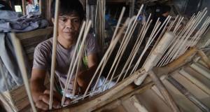 Pekerja menganyam rotan pada pembuatan mebel di Palu, Sulawes Tengah, Jumat (31/10).