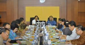 Menteri Koordinator Bidang Perekonomian Sofyan Djalil (kiri) bersama Menteri Koordinator Kemaritiman Indroyono Soesilo (kanan) memimpin rapat koordinasi untuk membahas RAPBN serta program kerja lima tahun mendatang di Kantor Kemenko Perekonomian, Jakarta,