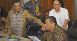 Menteri Koordinator Bidang Perekonomian Sofyan Djalil (kanan) bersiap memimpin rapat koordinasi untuk membahas RAPBN serta program kerja lima tahun mendatang di Kantor Kemenko Perekonomian, Jakarta, Selasa (28/10).