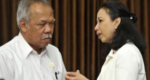 Menteri BUMN Rini Soemarno (kanan) berbincang dengan Menteri Pekerjaan Umum dan Perumahan Rakyat (PU Pera) Mochamad Basuki Hadimuljono sebelum rapat terbatas kabinet bidang perekonomian di Kantor Presiden, Jakarta, Kamis (30/10).