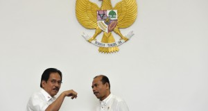 Menko Perekonomian Sofyan Djalil (kiri) berbincang dengan Menteri Perencanaan Pembangunan Nasional (PPN)/Kepala Bappenas Andrinof Chaniago (kanan) sebelum rapat terbatas kabinet bidang perekonomian di Kantor Presiden, Jakarta, Kamis (30/10).