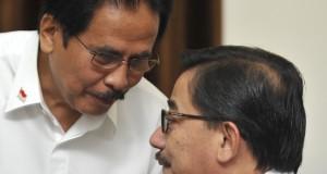 Menko Perekonomian Sofyan Djalil (kiri) berbincang dengan Menteri Agraria dan Tata Ruang Ferry Mursyidan Baldan (kanan) sebelum rapat terbatas kabinet bidang perekonomian di Kantor Presiden, Jakarta, Kamis (30/10).