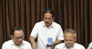Menko Perekonomian Sofyan Djalil (tengah) berbincang dengan Menteri Ketenagakerjaan Hanif Dhakiri (kiri) dan Menteri Pekerjaan Umum dan Perumahan Rakyat (PU Pera) Mochamad Basuki Hadimuljono (kanan) sebelum rapat terbatas kabinet bidang perekonomian di Kan