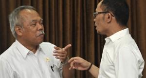 Menteri Pekerjaan Umum dan Perumahan Rakyat (PU Pera) Mochamad Basuki Hadimuljono (kiri) berbincang dengan Menteri Ketenagakerjaan Hanif Dhakiri (kanan) sebelum rapat terbatas kabinet bidang perekonomian di Kantor Presiden, Jakarta, Kamis (30/10).