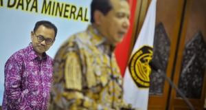 Menteri ESDM baru Sudirman Said (kiri) menyimak pidato dari Plt.Menteri ESDM Chairul Tanjung (kanan) saat serah terima jabatan di Kementerian ESDM, Jakarta, Rabu (29/10).