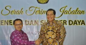 Menteri ESDM baru Sudirman Said (kiri) saling bertukar dokumen dengan Plt.Menteri ESDM Chairul Tanjung (kanan) dalam serah terima jabatan di Kementerian ESDM, Jakarta, Rabu (29/10).