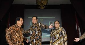 Menteri Koordinator Perekonomian, Sofyan Djalil (kiri) didampingi mantan Menko Perekonomian Chairul Tanjung (tengah) dan Menteri Keuangan Bambang Permadi Soemantri Brodjonegoro (kanan) berbincang usai serah terima jabatan Menko Perekonomian di Jakarta, Sen
