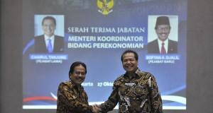 Menteri Koordinator Perekonomian, Sofyan Djalil (kiri) berjabat tangan dengan mantan Menko Perekonomian Chairul Tanjung saat serah terima jabatan di Jakarta, Senin (27/10).