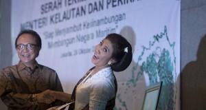 Menteri Kelautan dan Perikanan baru Susi Pudjiastuti (kanan) berjabat tangan dengan Menteri Kelautan dan Perikanan sebelumnya Sharif Cicip Sutardjo (kiri) dalam serah terima jabatan menteri kelautan dan perikanan di Kantor Kementerian KKP, Jakarta, Rabu (2