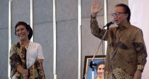 Menteri Kelautan dan Perikanan baru Susi Pudjiastuti (kiri) mendengarkan pidato Menteri Kelautan dan Perikanan sebelumnya Sharif Cicip Sutardjo mengusap muka dalam serah terima jabatan menteri kelautan dan perikanan di Kantor Kementerian KKP, Jakarta, Rabu