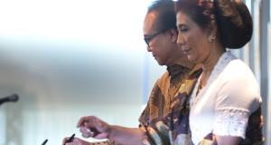 Menteri Kelautan dan Perikanan baru Susi Pudjiastuti (kanan) dan Menteri Kelautan dan Perikanan sebelumnya Sharif Cicip Sutardjo (kiri) menandatangani berkas dalam serah terima jabatan menteri kelautan dan perikanan di Kantor Kementerian KKP, Jakarta, Rabu