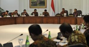 Presiden Joko Widodo (kedua kanan) dan Wapres Jusuf Kalla (kanan) memimpin sidang kabinet paripurna perdana dari Kabinet Kerja di Kantor Kepresidenan, Jakarta, Senin (27/10).