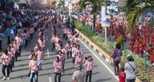Sebanyak 1.700 anak muda Kota Ambon ber-flash mob memperingati 86 tahun Sumpah Pemuda di kawasan AY. Patty, Ambon, Maluku, Selasa (28/10).