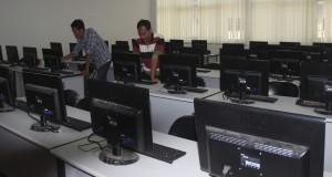 Pekerja mengecek perlengkapan komputer yang akan digunakan untuk tes CPNS (Calon Pegawai Negeri Sipil) secara on line, di Serang, Banten.
