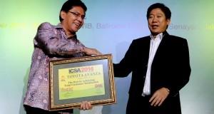 Direktur Marketing PT. Toyota Astra Motor (TAM) Rachmat Samulo (kiri) menerima Indonesia Customer Satisfaction Award 2014 yang diserahkan CEO Frontier Consulting Handi Irawan, (kanan) di Jakarta, Kamis (30/10) malam.