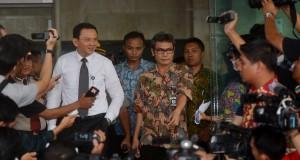 Plt Gubernur DKI Jakarta Basuki Tjahaja Purnama atau Ahok (kiri) didampingi juru bicara KPK Johan Budi (tengah) memberikan keterangan kepada wartawan usai pertemuan dengan KPK di Gedung KPK Jakarta, Jumat (31/10).