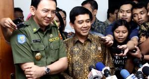 Menteri Pendayagunaan Aparatur Negara dan Reformasi Birokrasi (PAN RB) Yuddy Chrisnandi (kanan) bersama Plt Gubernur DKI Jakarta Basuki T Purnama (kiri) saat diwawancara wartawan terkait kedatangan Yuddy  di Balai Kota Jakarta, Senin (3/11).