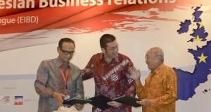 "Ketua KADIN Suryo Sulisto (kiri) Chairman EuroCham Indonesia, on behalf of the Joint European Chambers Jakob Friss Sorensen (tengah) dan Ketua APINDO Sofjan Wanandi berbincang usai menandatangani Joint Statement dalam acara ""EU-Indonesia Business Dialogue"
