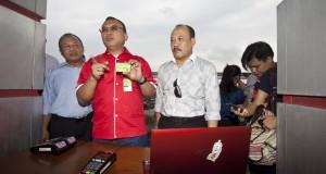 Direktur Pemasaran dan Niaga PT Pertamina (Persero) Hanung Budya (tengah) didampingi Kepala Divisi e-Banking BRI Imam Subowo (kanan) memberikan penjelasan kepada wartawan tentang cara kerja dari kartu BBM nelayan di SPDN Cilincing, Jakarta, Selasa (25/11).