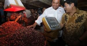 Menteri Perdagangan, Rachmat Gobel (tengah) melakukan blusukan di Pasar Induk Tanah Tinggi, Tangerang, Banten