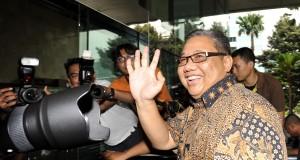 Menkop dan UKM AA Gede Ngurah Puspayoga melambaikan tangan sesampainya di Gedung Komisi Pemberantasan Korupsi (KPK), Jakarta, Senin (10/11).