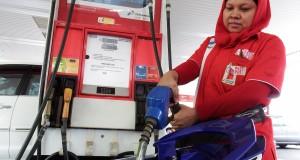Pegawai mengisi bahan bakar minyak (BBM) jenis pertamax di SPBU Pertamina di kawasan Jalan HR Rasuna Said, Kuningan, Jakarta, Senin (24/11).