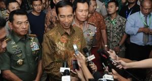 Panglima TNI Jenderal TNI Dr. Moeldoko mendampingi Presiden Republik Indonesia Ir. Joko Widodo (Jokowi) mengunjungi pameran industri alat pertahanan Indo