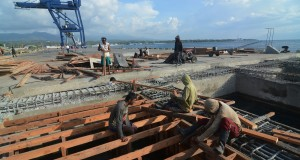 Pekerja menyelesaikan rangka perpanjangan Dermaga Pelabuhan Laut Pantoloan, Palu, Sulawesi Tengah, Rabu (19/11)