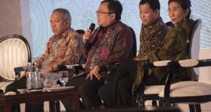 Menkeu Bambang Brodjonegoro (kedua kiri) bersama Menteri PU dan Perumahan Rakyat Basuki Hadimuljono (kiri), Menhub Ignasius Jonan (kedua kanan) dan Menteri Kelautan dan Perikanan Susi Pudjiastuti (kanan) menjadi pembicara dalam acara pertemuan Kompas100 CE