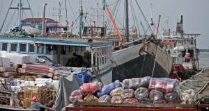 Anak buah kapal melakukan aktivitas bongkar muat kapal di Pelabuhan Tanjung Emas, Semarang, Jawa Tengah, Selasa (11/11)