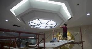 Pekerja merenovasi Gedung DPRD Jakarta yang biasa digunakan untuk pelantikan Gubernur DKI Jakarta,