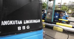 Petugas mengisikan Bahan Bakar Gas (BBG) ke tangki bajaj di SPBG Pesing, Jakarta Barat, Senin (17/11)