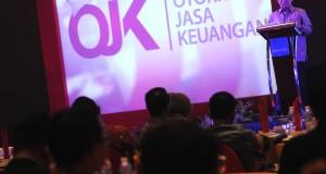 Ketua Dewan Komisioner Otoritas Jasa Keuangan Muliaman D. Hadad memaparkan fungsi dan tugas OJK pada seminar bertajuk Gerakan Publik Waspada Investasi di Palembang, Sumatera Selatan, Kamis (23/10) malam