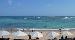 Wisatawan menikmati pemandangan di Pantai Pandawa, Kab. Badung, Bali, Minggu (2/11). Pantai Pandawa merupakan salah satu objek wisata baru