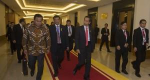 Presiden Joko Widodo (ketiga kanan) didampingi Menteri Perdagangan Rachmat Gobel (kedua kiri), Kepala Protokol Negara Achmad Rusdi (ketiga kiri) dan delegasi berjalan menuju ruang pertemuan KTT ASEAN ke-25 Tahun 2014 di Nay Pyi Taw, Myanmar, Kamis (13/11).