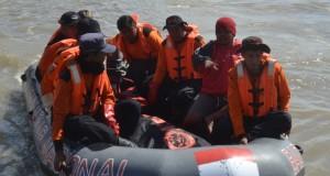 Mayat ABK KM Francis Ekspres, Zulkarnain (22), yang menjadi korban tabrakan kapal di perbatasan perairan Indonesia-Malaysia pada Senin (24/11) dievakuasi tim Basarnas saat tiba di Pelabuhan Internasional Tunon Taka Kabupaten Nunukan, Kalimantan Ut
