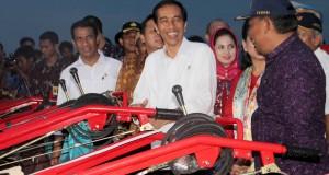 Presiden Joko Widodo menyerahkan bantuan hand traktor kepada masyarakat tani di Kecamatan Trimurjo Kabupaten Lampung Tengah, Selasa (25/11).