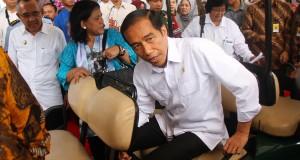 Presiden Joko Widodo bersiap meninggalkan aula VIP Lancang Kuning Bandara Sultan Syarif Kasim II Pekanbaru, Riau, Rabu (26/11). Dalam kunjungan kerjanya, Presiden Joko Widodo, dijadwalkan akan terbang menggunakan helikopter meninjau lokasi bekas kebakaran