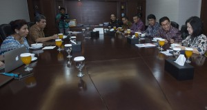 Ketua Dewan Komisioner Otoritas Jasa Keuangan (OJK) Muliaman D. Hadad (kedua kanan) dan Anggota Dewan Komisioner OJK bidang Edukasi dan Perlindungan Konsumen Kusumaningtuti S. Soetiono (kanan) beserta jajaran melakukan pertemuan dengan Menteri Kelautan dan