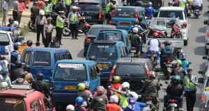 Petugas kepolisian Polresta Depok memberhentikan sejumlah kendaraan saat menggelar Operasi Zebra Jaya 2014 di Margonda Raya, Depok, Jawa Barat, Jum'at (28/11).