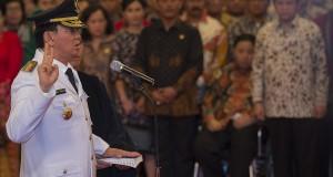 Gubernur DKI Jakarta Basuki Tjahaja Purnama mengucapkan sumpah jabatan yang dipimpin oleh Presiden Joko Widodo di Istana Negara, Jakarta, Rabu (19/11).