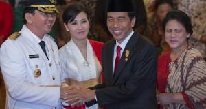 Presiden Joko Widodo (kedua kanan) dan Ibu Negara Ny. Iriana Widodo (kanan) mengucapkan selamat kepada Gubernur DKI Jakarta Basuki Tjahaja Purnama (kiri) dan Isteri Ny. Veronica Tan Basuki (kedua kiri) usai pelantikan di Istana Negara, Jakarta, Rabu (19/11