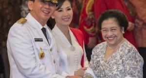 Ketua Umum PDI Perjuangan Megawati Soekarnoputri (kanan) memberikan ucapan selamat kepada Gubernur DKI Jakarta Basuki Tjahaja Purnama (kiri) dan Isteri Ny. Veronica Tan Basuki (kedua kiri) usai pelantikan di Istana Negara, Jakarta, Rabu (19/11).