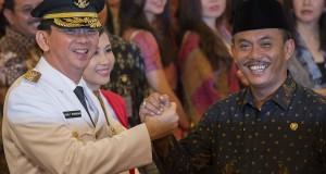 Gubernur DKI Jakarta Basuki Tjahaja Purnama (kiri) dan Isteri Ny. Veronica Tan Basuki (kedua kiri) mendapat ucapan selamat dari Ketua DPRD DKI Jakarta Prasetio Edi Marsudi (kanan) usai pelantikan di Istana Negara, Jakarta, Rabu (19/11).