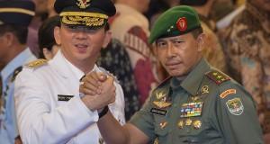 Gubernur DKI Jakarta Basuki Tjahaja Purnama (kiri) mendapat ucapan selamat dari Pangdam Jaya Mayjen TNI Agus Sutomo (kanan) usai pelantikan di Istana Negara, Jakarta, Rabu (19/11).