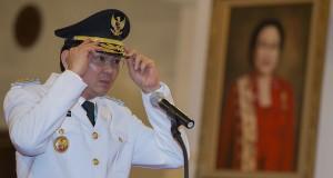 Gubernur DKI Jakarta Basuki Tjahaja Purnama bersiap mengikuti acara pelantikan di Istana Negara, Jakarta, Rabu (19/11).