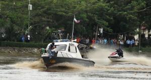 Pasukan Raider Kodam Iskandar Muda menggunakan Jet Sky menyergap kapal yang disandera kelompok teroris saat latihan di sungai Krueng Aceh, Banda Aceh, Kamis (20/11).