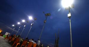 Sejumlah warga menikmati senja di bawah sinar lampu penerangan jalan umum (PJU) bertenaga surya di Selatpanjang, Kabupaten Kepulauan Meranti, Riau, Kamis (27/11) malam