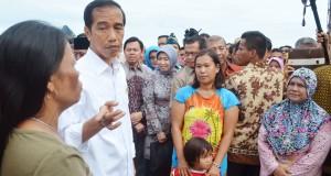 Presiden Joko Widodo berdialog dengan warga nelayan di Kampung Malabro, Kota Bengkulu, Rabu (26/11).